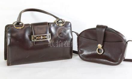 2 sacs à main en cuir marron dont l'un à l'imitation du lézard, 21x33 et 18x24 cm.