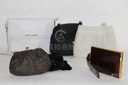 1 sac à main en cuir blanc 18x23, 1 sac à main en perles de résine (acc) 17x23, 1 pochette e