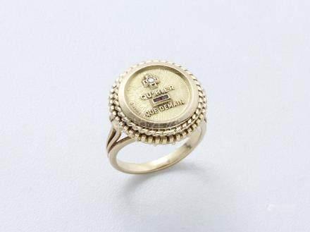 """Bague en or 750 millièmes décorée d'une médaille, """"+ qu'hier - que demain"""" ponctué de calibr"""