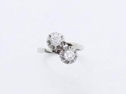 Bague toi et moi en or gris 750 millièmes ornée de 2 diamants taille ancienne en serti griff