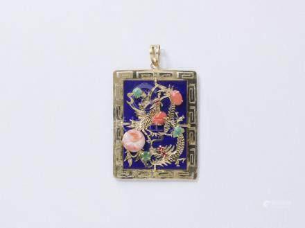 Pendentif en or 585 millièmes orné d'une plaque de lapis-lazuli, à décor d'animaux rehaussés