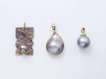Lot en or 750 et 375 millièmes composé de 3 pendentifs, rehaussés de perles de Tahiti et de