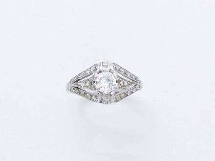 Bague en or gris 750 millièmes ornée d'un diamant taille ancienne en serti griffe épaulé de