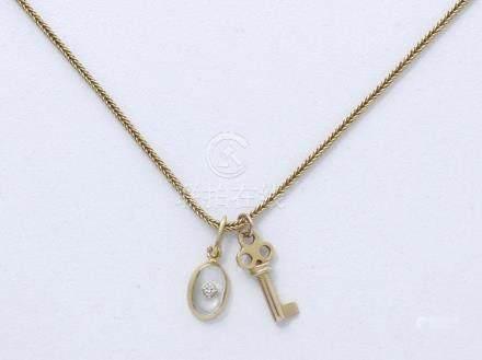 Chaîne en or 750 millièmes, maille colonne, fermoir anneau ressort. Elle retient 2 pendentif