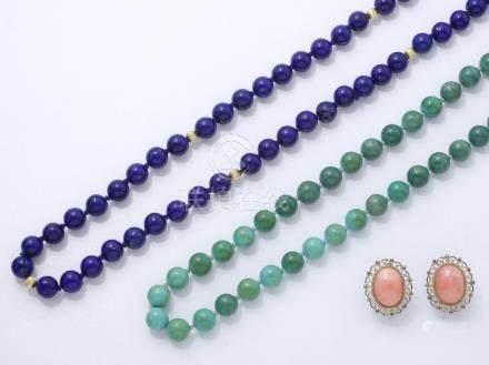Ensemble composé de 2 colliers composés d'un rang de perles de lapis-lazuli et de turquoise.