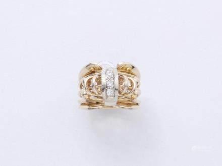 Bague chevalière en or 750 millièmes centrée d'un motif diamanté épaulé de motifs stylisés.