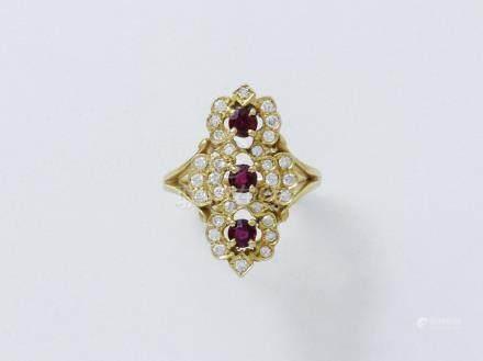 Bague marquise en or 750 millièmes, ornée de 3 rubis en serti griffe entourés de diamants br