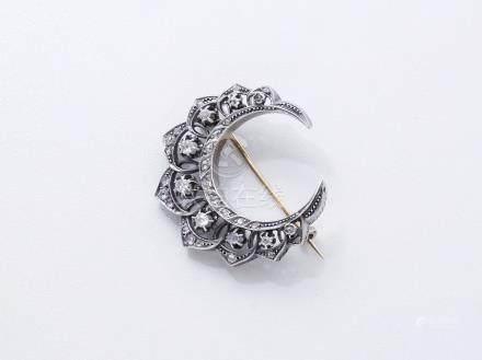 Broche croissant ajourée en or 750 et argent 800 millièmes décorée de diamants taille ancien
