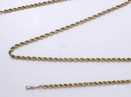 Long collier en or 750 millièmes, maille corde. Il est agrémenté d'un fermoir mousqueton en