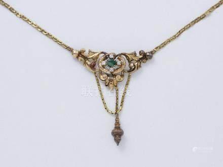 Collier en or 750 millièmes estampé, décoré d'une émeraude en serti griffe encadrée de diama