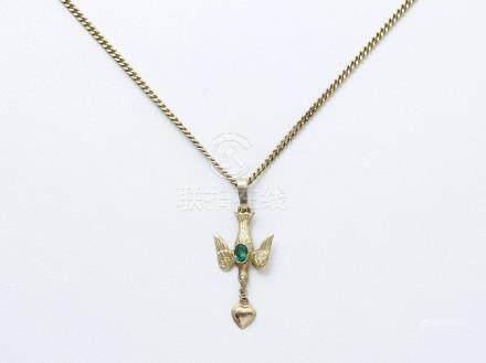 Pendentif saint esprit en or 750 millièmes, orné d'une pierre verte et d'une demi-perle. Il