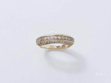 Bague jonc en or 750 millièmes, décorée d'un pavage de diamants brillantés en serti grain. S