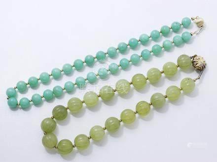 Lot composé de deux colliers, ornés d'un rang de perles en chrysoprase et serpentine (bowéni