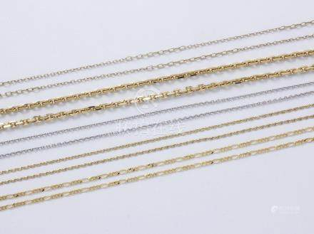 Lot en or 750 millièmes, composé de 5 chaînes, mailles diverses, fermoirs mousqueton et anne