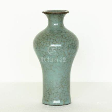 Chinese Guan-Kiln Porcelain Vase Southern Song Dynasty.