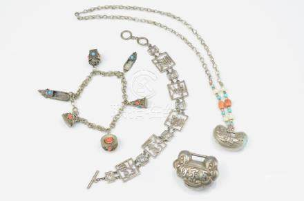 A LOT OF CHINESE EXPORT SILVER JEWELLERY