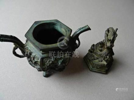 Asiatica.-Koro. Kleiner Weihrauchbrenner. Deckelgefäß aus Bronze mit plastischem Drachendekor.