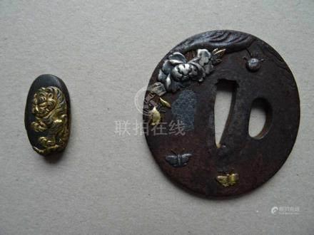 Asiatica.-Tsuba. Gusseisen mit Buntmetallauflage. Japan, 19. Jahrhundert. Durchmesser: ca. 7 cm.