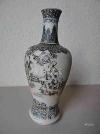Asiatica.-Vase. Weiß glasiertes Porzellangefäß (email sur bisquit) mit Schwarzlotdekor. China,