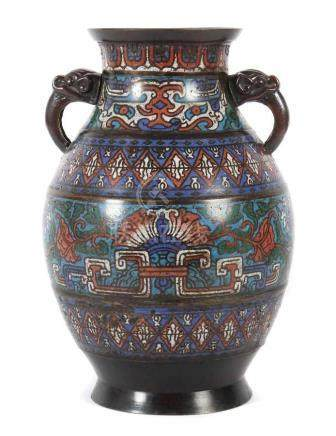 Champlevé-VaseChina, 19. Jh., Messing/Cloisonné, bauchiger Korpus mit zoomorphen Zie