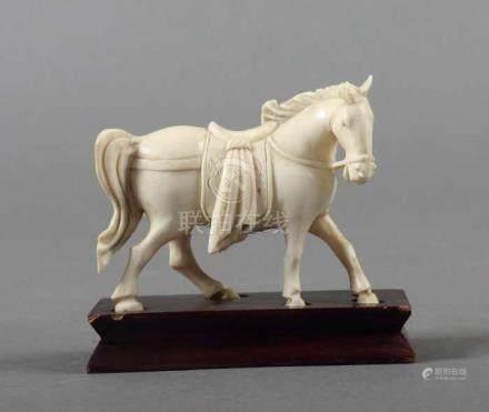 PferdChina, um 1900, Elfenbein, stehendes Pferd, gesattelt und mit Zaumzeug, auf Holzsockel, L
