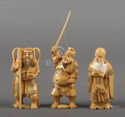 3 KleinfigurenChina, 1930er Jahre, Elfenbein, teegefärbt und part. geschwärzt, wohl