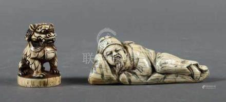 2 Elfenbein-SchnitzereienChina/Japan, 1. Drittel 20. Jh., Elfenbein, partiell geschwärzt,