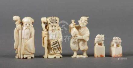 3 Figuren und 2 StempelChina, 1930er Jahre, Elfenbein, part. geschwärzt, zwei Männer