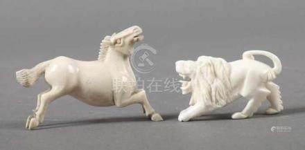 Pferd und Löwewohl China, 1930er Jahre, Elfenbein, springendes Pferd und brüllender