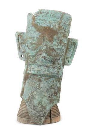 Kopf einer BronzefigurChina, 20. Jh., Bronze, wohl Museumsreplik, im archaischen Stil, mit