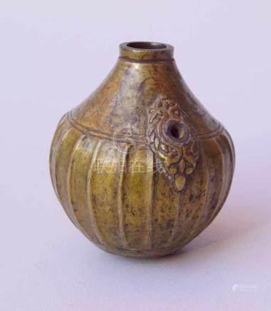 Persischer Kendi, Bronze, 16. Jhd.bauchige Wandung mit Rippen und eingelötetem Boden, vegetabil