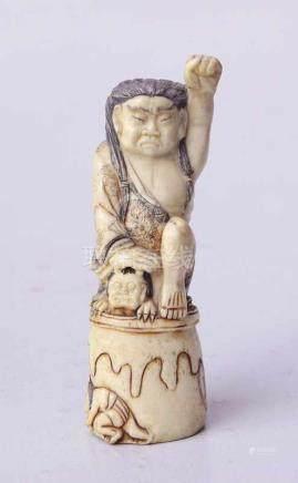 Okimono: Krieger einen Oni Dämon besiegend Japan Meji EpocheBein geschnitzt graviert und in rot
