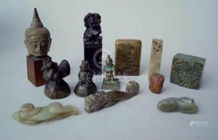 Konvolut asiatischer Stempel/Siegel u. weitere Kleinobjekte aus Jade4 beschnitzte Stempel aus Stein,