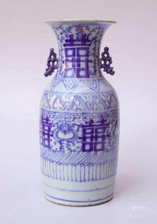 Chinesische Vase, um 1900graue Exportscherbe, weiß glasiert, blaue Malerei, Unterglasur, Darstellung