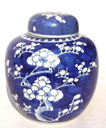 Chinesische Deckelvase mit Kirschblütendekorhellgrauer Exportscherben mit monochromer Malerei