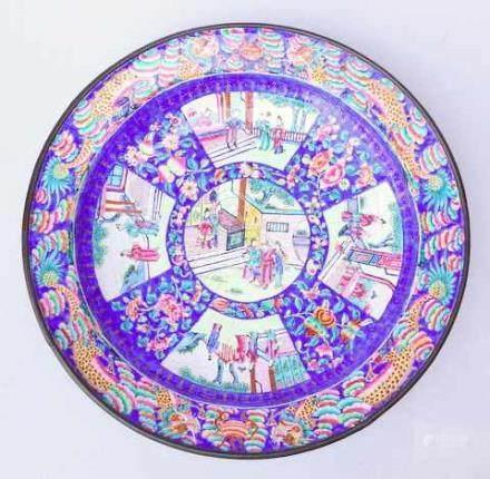 Große chinesische Platte mit Emailmalerei,18. Jhd.Polychrome Emailmalerei auf Kupfer, in 5 Reserven,