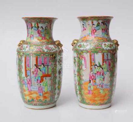 Pärchen Famille Rose Vasen, Export, Quing 19. Jhd.Graue Exportscherbe mit zinkweisser Glasur und
