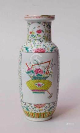 Famille Rose Vase, China, 19. Jhd.ovide Form mit eingezogenem Hals und ausgesellter Lippe (dort