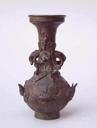 2 Bronzevasen, China, 19. Jhd.Balustervase mit vollplastischen Meerestierdarstellungen und Vase in
