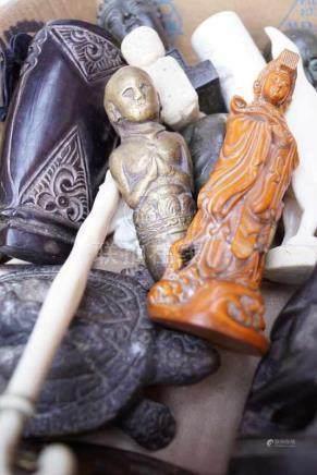 Sammlung von asiatischen und afrikanischen Kleinobjektenverschiedene Materialien, u.A. Horn, Bein