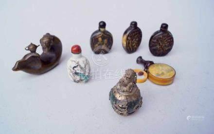 Sammlung von Snuffbottles, China5 Snuffbottles, verschiedene Materialien wie Porzellan, Horn,