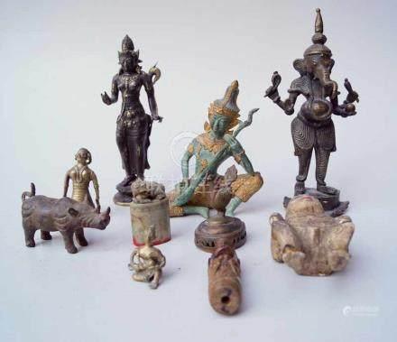 Sammlung asiatischer Bronzen, teilw. älter6 Bronzen mit figürlichen Darstellungen, 2 Schnitzereien