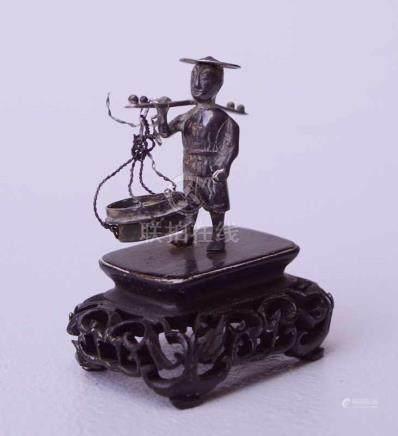 Silberner Miniatur eines Fischers China um 1920Auf fein geschnitztem Sockel, Höhe 4cm, 1 Korb