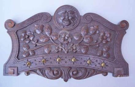Hölzernes Schlüsselbrett, China, um 1900rechteckige Form, oben gewschwungene volutenförmige