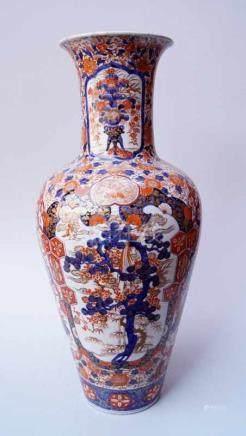 Übergroße Bodenvase, Imari, um 1900Ballustervase, Exportscherben, polychrome Aufglasurmalerei,