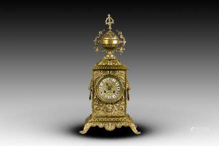 A FRENCH STYLE BRASS MANTEL CLOCK, 19TH CENTURY