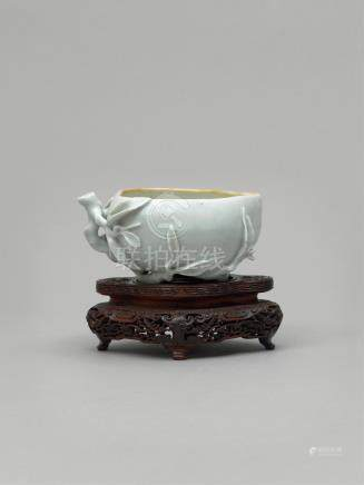 十七至十八世纪 仿定白釉桃形洗 A WHITE GLAZED BRUSH WASHER IN THE SHAPE OF A PEACH  MID QING, LATE 17TH-EARLY 18TH CENTURY
