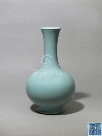 清乾隆 天青釉仿汝长颈瓶 A PALE BLUE GUAN-TYPE GLAZED BOTTLE VASE QING DYNASTY, QIANLONG SIX-CHARACTER SEAL MARK AND OF THE PERIOD (1736-1795)