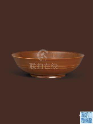 清乾隆 紫金釉弦纹盘  A 'CAFÉ-AU-LAIT' GLAZED SHALLOW BOWL QING DYNASTY, QIANLONG SIX-CHARACTER SEAL MARK AND OF THE PERIOD (1736-1795)