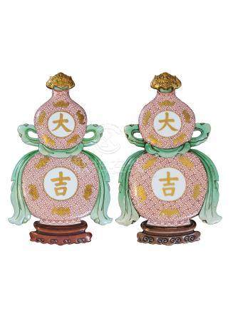 清乾隆 粉彩描金大吉葫芦壁瓶 A PAIR OF 'DA JI' DOUBLE GOURD WALL VASES QING DYNASTY, QIANLONG PERIOD (1736-1795)